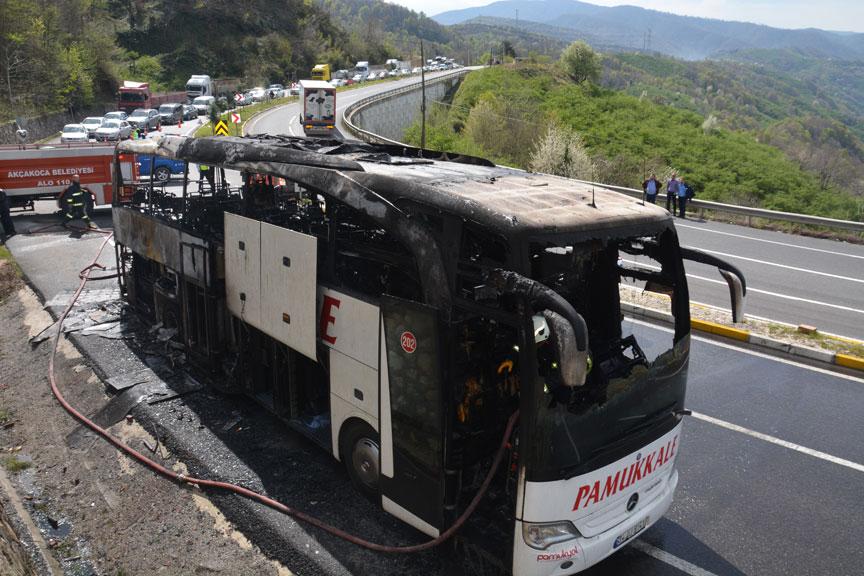 Düzce'de yolcu otobüsünün motoru yandı