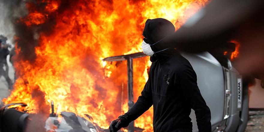 Paris'te 1 Mayıs gösterilerine göz yaşartıcı gazla müdahale