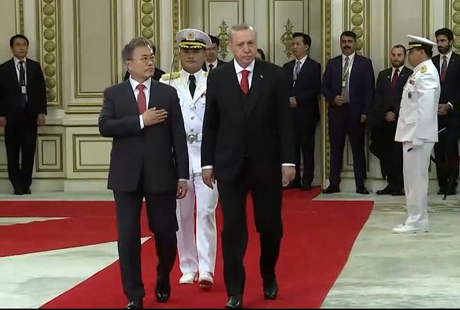 Cumhurbaşkanı Erdoğan, Mavi Ev'de İstiklal Marşı'yla karşılandı