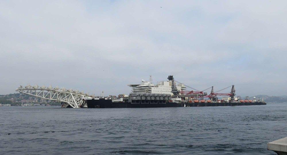 Pioneering Spirit İstanbul Boğazı'ndan geçti