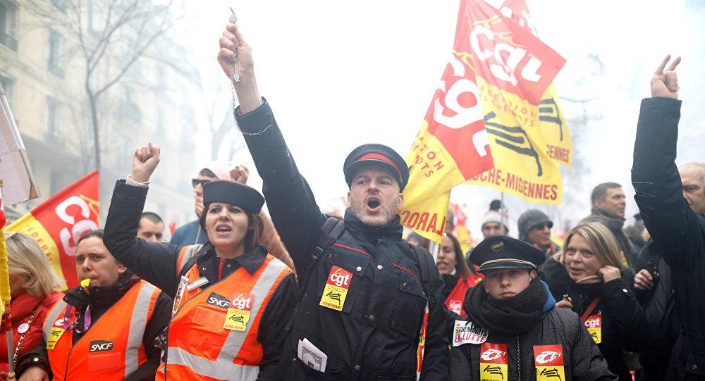 Fransa halkı Macron'a karşı 3 aylık grev kararı aldı